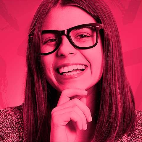 Moça com filtro vermelho